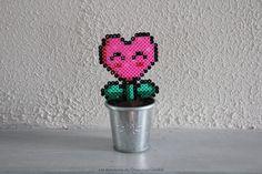 Fleur coeur rose Mario en perles à repasser Heart Flower beads Hama Mario, Plastic Fou, Flower Beard, Diy Fleur, Pearl Beads Pattern, Bead Crafts, Perler Beads, Beading Patterns, Pixel Art