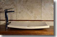 Lavandino e specchio di pietra in bagno fotografia stock