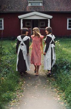 These Vintage Marimekko Images Are Your Ultimate Fall Style Inspiration Victorian Maid, Marimekko Dress, Over 60 Fashion, Haida Art, Textile Company, African Textiles, Apron Dress, Bib Apron, Textile Artists