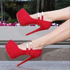 Zapatos de tacon de plataforma color rojo y broches con metal dorado