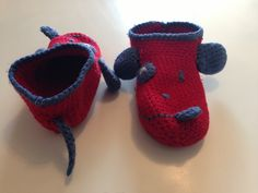 ma première paire de chaussons, vu de face et de dos ( patron originel, avant modifications personnelles disponible ici : http://www.garnstudio.com/lang/fr/visoppskrift.php?d_nr=s23_id=21=fr )