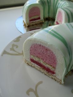 Strawberry locust: Entremet cakes