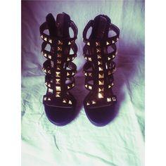Black women high heels sandals studded | @nadizoup | Depop Μαύρο μποτάκι καλοκαιρινά ψηλοτάκουνα πέδιλα με τρουκς μάρκας EXE