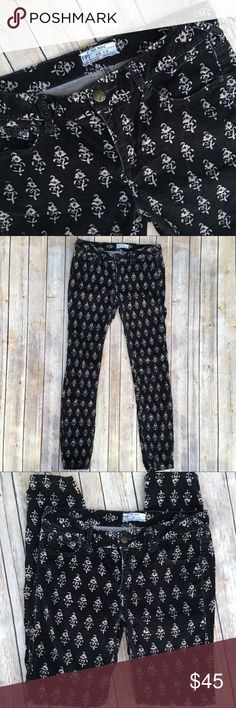 """Free People printed skinny corduroy jeans In excellent pre- loved condition. Inseam is 29.5"""", waist is 15.5"""" accross and rise is 8"""". All measurements taken lying flat. Free People Jeans Skinny"""