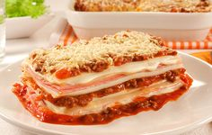 Lasanha sem massa: só molhos intercalados com presunto e queijo!