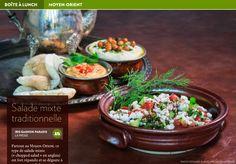 Partout au Moyen-Orient, ce type de salade mixte (« chopped salad » en anglais) est fort répandu et se déguste à tout moment de la journée. Malgré sa simplicité, son goût savoureux vous surp