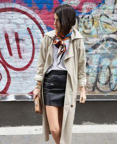 Une jupe en cuir avec un trench et des baskets blanches Vanity Fair, Ootd, Leather Skirt, My Style, Skirts, Fashion, Trends, London, White Sneakers