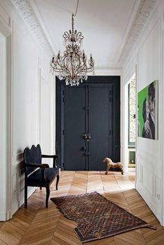 Struggling to decorate your long, narrow hallway? We have 19 long narrow hallway ideas that range in difficulty. From painting one wall to adding a long runner, we've got you covered. Turn your hallway into a library, or add shoe storage. Style At Home, Home Design, Design Hotel, Black Doors, Deco Design, Design Trends, Design Ideas, Design Design, Floor Design