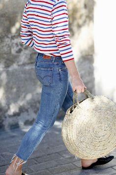 Look com calça jeans com a barra desfiada; look com blusa listrada; look com blusa de manga longa; look com mule sem salto; look com bolsa de palha redonda grande; look estiloso; look despojado; Looks Style, Style Me, Retro Style, Look Fashion, Street Fashion, Womens Fashion, Gq Fashion, Feminine Fashion, Fashion Outfits