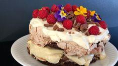 Sjokoladekake med krem og marengs – NRK Mat – Oppskrifter og inspirasjon Merengue Cake, I Want To Eat, Dessert Recipes, Desserts, Food Styling, Chili, Food And Drink, Sweets, Chocolate