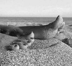 Delicious female feet Jamel Shabazz, Foto Casual, Gorgeous Feet, Foto Instagram, Female Feet, Foto Pose, Black And White Pictures, Beach Photography, Beach Photos