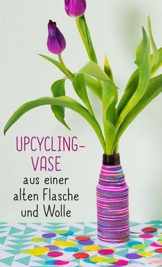 Kunterbuntes Fadenwirrwarr: Upcycling-Vase aus einer alten Flasche und Wolle #Bastelanleitung auf #arskreativ #DIY