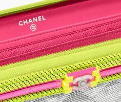Portefeuille zippé, tissu, résille & résine-gris clair, jaune & rose - CHANEL