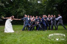 #bruidsfoto #bruidsfotografie #amerongen #trouwauto #transporter #brielle #breezze #oleartsduyn #oostvoorne #trouwjurk #photo-idea #trouwauto #trouwfoto #fotograaf-hellevoetsluis #groepsfoto 14 juli 2014: Precies 7 jaar later en Sandra & Siebe zijn nog altijd dol op elkaar. In een authentiek rood volkswagen busje vertrok dit bruidspaar én echte natuurliefhebbers voor de bruidsreportage naar mooie plekjes in de natuur. De stijlvolle trouwlocatie was ook het decor voor de…