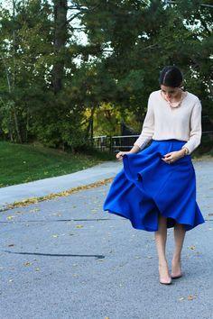 ビビットなブルーのスカートは凛とした女性らしさを演出してくれます。
