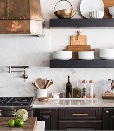 I absolutely love the contrast going on here. Plus open shelving and a copper hood?!?! Hello lovely!! Design by @briannamichelledesign