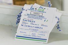 Targetes d'embarcament amb el nom dels convidats i les taules. www.eventosycompromiso.com