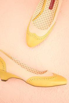 Ne ressentez-vous pas la culture anglaise vous enlacer, juste à regarder ce magnifique soulier?   Don't you feel embraced by British culture just by looking at this marvellous shoe? Yellow and cream oxford shoes www.1861.ca