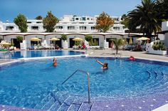 Lanzaplaya heeft centraal gelegen 3- sterren appartementen in Puerto del Carmen die alles bieden voor een geslaagde vakantie! Het strand en centrum liggen op loopafstand en alle appartementen zijn van alle gemakken voorzien.    Het complex beschikt over 2 zwembaden met zonneterras met ligbedden en parasols. Voor de kinderen is er een apart kinderbad, een speeltuintje en speelruimte.   Het Playa Grande-strand ligt op ca. 200 m en de boulevard bevindt zich op ca. 150 m.  Officiële categorie…