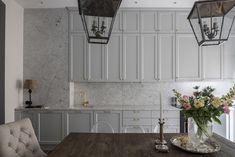 Köket går i ljust grått, marmor och med mässingsbeslag. En tidlös design även om det just nu är väldigt i ropet.
