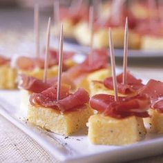 Delícia de aperitivo: quadradinhos de polenta em textura de corte, com parmesão e presunto. Via marie claire idées