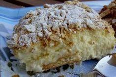 Όταν έφτιαξα αυτό το γλυκό για πρώτη φορά, τολμώ να πω ότι το μεγαλύτερο μέρος το κατανάλωσα μόνη μου - είναι πολύ νόστιμο και όλο αισθάνεσαι την ανάγκη να το «ισιώνεις». Δύο ακόμα πράγματα το κάνουν ακαταμάχητο: η εύκολη και γρήγορη παρασκευή και το χαμηλό κόστος των υλικών. Greek Sweets, Greek Desserts, Summer Desserts, Greek Recipes, Sweets Recipes, Baking Recipes, Candy Recipes, Greek Cake, Low Calorie Cake