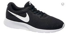 """Ein wahres Komfortwunder ist der Sneaker NIKE TANJUN von Nike. Der schwarze Schuh besitzt eine profilierte weiße Laufsohle und überzeugt vor allem durch die Mesh-Einsätze, die für ein atmungsaktives Laufgefühl sorgen. Nicht fehlen darf natürlich der klassische weiße Nike """"Swoosh"""" an der Seite des Schuhs. Artikelnummer: 1716126"""