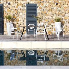 Table de jardin pliante bois et métal Sohan : une belle alliance de bois et de métal pour cette table de jardin pliante pour un gain de place appréciable.