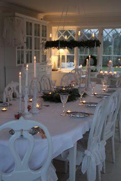 Beautiful all white Christmas dinner table. Swedish Christmas, Magical Christmas, Scandinavian Christmas, Beautiful Christmas, All Things Christmas, Christmas Home, White Christmas, Xmas, Elegant Christmas