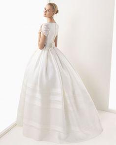 BRENDA - Vestido en gazar de seda rústica en color marfil  K19 Tiara de swarovsky en color marfil y G10 Guante de encaje y tul en color marfil