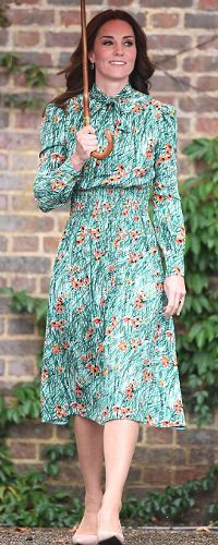 30 Aug 2017 - Duchess of Cambridge visits White Garden at Kensington Palace Kate Middleton Stil, George Of Cambridge, Dress Code For Women, Herzogin Von Cambridge, Kate And Harry, Princesa Real, Duchess Kate, Royal Fashion, Princess Diana