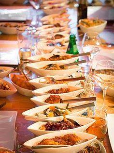 Leuk weetje over de rijsttafel:  De rijsttafel is een combinatie van rijstschotels en bijgerechten uit de Indonesische keuken en Indische keuken, ontstaan in Nederlands-Indië, aangepast aan de Europese smaak. Omdat de Rijsttafel uitgevonden en genuttigd werd door Indische Nederlanders spreken we over Indische Rijsttafel en is Indonesische rijsttafel foutief.