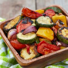 With the variety of delicious vegetables, now is the best time to start a plan! Reboot your system with delicious recipes like a Baked Vegetable Salad! Roasted Summer Vegetables, Oven Vegetables, Vegetable Salad, Vegetable Recipes, Cetogenic Diet, Detox Recipes, Carne, Cooking Recipes, Stuffed Peppers