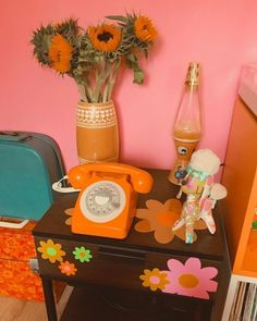 Do you like retro style home decor? Come check these 30 creative retro home decoration ideas and you will definitely love these home decor design ideas. 70s Bedroom, Retro Bedrooms, Funky Bedroom, Small Bedrooms, Guest Bedrooms, Deco Retro, Retro Vintage, Modern Retro, Do It Yourself Design