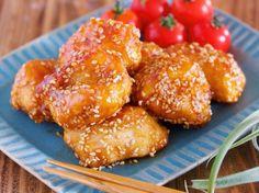 鶏むね肉で作る、作りおきやお弁当に最適な一品! フライパンで焼いて作る唐揚げは とてもとても、油が大さじ2のみだとは思えないほどの 柔らかさとジューシーさ。 また、唐揚げにまぶした片栗粉効果で 甘酢だれがしっかり絡み ご飯もお酒もモリモリすすみます!