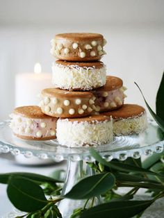 【ELLE a table】クッキーサンドアイスケーキレシピ|クッキー(市販)16枚 バニラアイスクリーム(市販)70g × 4個 コーヒーアイスクリーム(市販)70g × 2個 ストロベリーアイスクリーム(市販)70g × 2個 その他 シード大さじ3杯 ホワイトチョコチップ大さじ2杯
