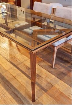 A mesa Dylan da D/it casa e design de Fernando Sá Motta também está na Arca Loja Conceito.