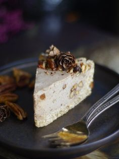 Candied Pecan Vegan Cheesecake (No-Bake & Free From: dairy, gluten, soy, and refined sugar. With grain-free option) Sugar Free Desserts, Vegan Desserts, Delicious Desserts, Vegan Recipes, Dessert Recipes, Diet Recipes, Pecan Pie Cheesecake, Cheesecake Recipes, Candied Pecans