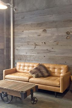 Rustic coffee table and cozy lounge space with wooden walls Diy Bedroom Decor, Living Room Decor, Diy Home Decor, Living Rooms, Modern Rustic, Modern Industrial, Mismatched Furniture, Rustic Coffee Tables, Home Decor Inspiration