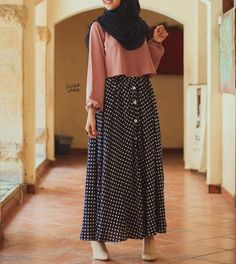 Button up skirt style Street Hijab Fashion, Abaya Fashion, Skirt Fashion, Fashion Outfits, Islamic Fashion, Muslim Fashion, Modest Fashion, Modest Dresses, Modest Outfits