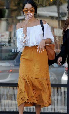 No mesmo estilo, está a Vanessa Hudgens num look praiano ciganinha, mostarda e branco. Adoro a combinação!🌻 #comfy #casual #style #vanessahudgens