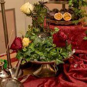 decoración barroca para representar el siglo XIX y captar la esencia del cóctel de café y maracuya