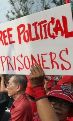 29/01/2013 - TAILÂNDIA - BANCOC - Manifestantes vestidos de vermelho se reuniram nesta terça-feira (29) em frente à sede do governo, em Bancoc (Tailândia), para exigir a libertação de presos políticos que foram detidos em 2010, acusados de promover manifestações contra o governo. Sakchai Lalit/AP.
