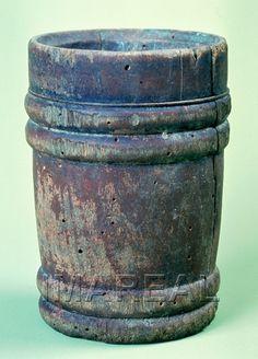 Trinkbecher  Kunstwerk: Schnitzarbeit-Holz ; Gefäße Haushalt ; Trinkbecher ; Südtirol  Dokumentation: 1400 ; 1500 ; Kaltern ; Italien ; Südtirol ; Weinmuseum  Anmerkungen: 12x8x9 Höhe x Durchmesser x Durchmesser ; Kaltern