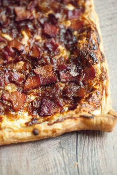 Caramelized Onion, Bacon, and Blue Cheese Puff Pastry Tart – Pastry rezepte Puff Pastry Recipes Savory, Puff Pastry Pizza, Savory Tart, Tart Recipes, Appetizer Recipes, Cooking Recipes, Recipes Dinner, Caramelised Onion Tart, Caramelized Onions