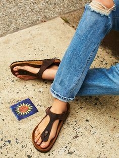 Gizeh Birkenstock   Classic Birk footbeds with an oiled leather thong  upper, featuring an adjustable 2d8e9d2d35