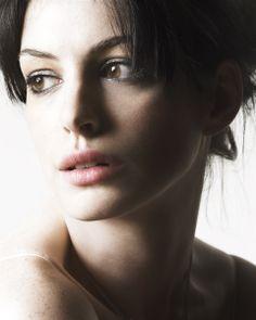 Anne Hathaway.                                                                                                                                                                                 Más