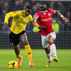 PSV won zaterdag 22-3-14 van Roda JC met 3-1.  De gemaskerde Memphis Depay wurmt zich hier langs Surchuin.