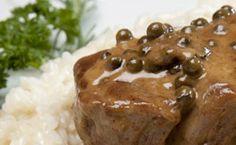 Receita de filé mignon grelhado com risoto de creme de parmesão e molho de pimenta verde.