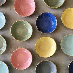 Mini bowls with gold trim. 29 CHF at www. Kintsugi, Ring Dish, Organic Shapes, Teller, Desk Accessories, Kitchen Items, Artisanal, Safe Food, Decoration